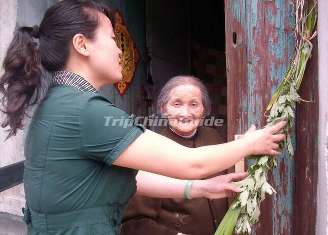 Insert Mugwort at the Door Side is a Tradition During the Dragon Boat Festival