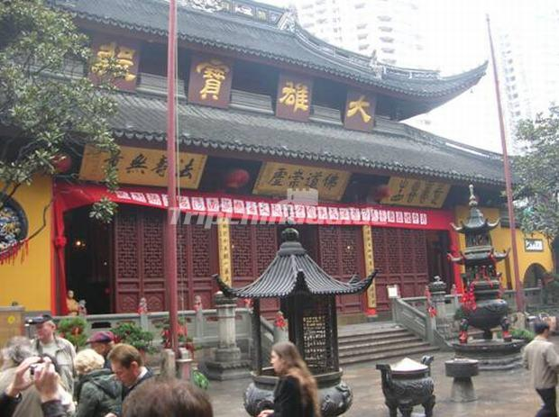 "<a target=""_blank"" href=""http://www.tripchinaguide.com/photo-p50-140-the-grand-hall-of-the-jade-buddha-temple.html"">The Grand Hall of the Jade Buddha Temple</a>"