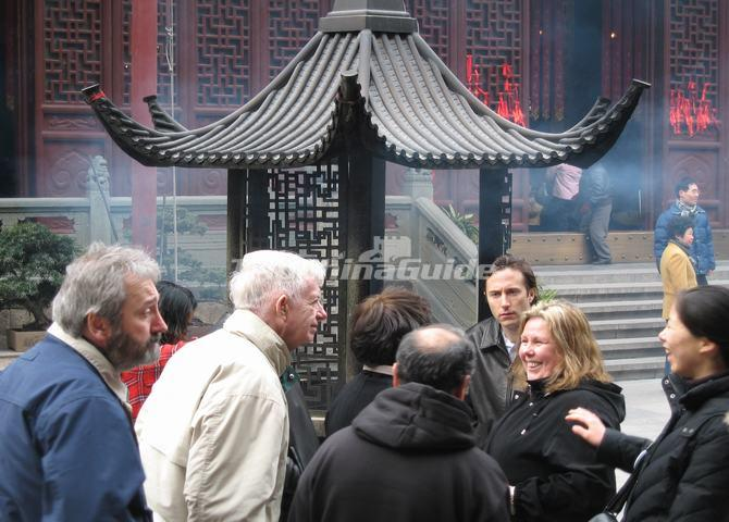 "<a target=""_blank"" href=""http://www.tripchinaguide.com/photo-p50-5807-the-foreign-tourists-are-visiting-the-jade-buddha-temple.html"">The Foreign Tourists are Visiting the Jade Buddha Temple</a>"