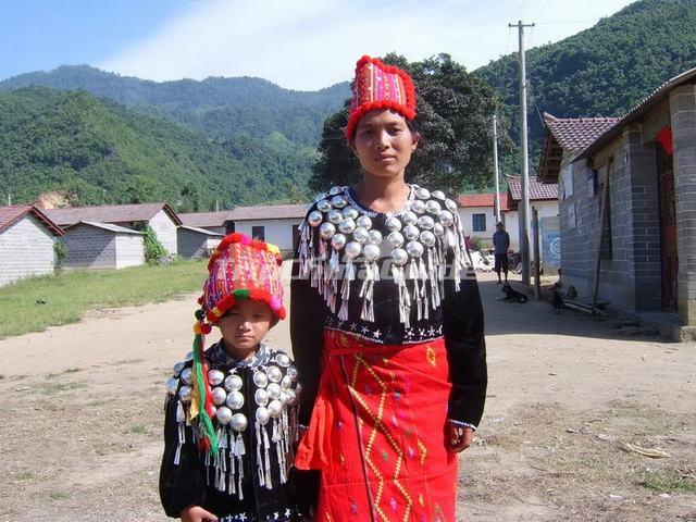 Jingpo Mother and Daughter