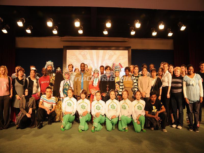 "<a target=""_blank"" href=""http://www.tripchinaguide.com/photo-p848-12139-tourist-pose-for-a-photograph-with-the-performers-at-beijing-liyuan-theatre.html"">Tourist Pose for a Photograph With the Performers at Beijing Liyuan Theatre</a>"