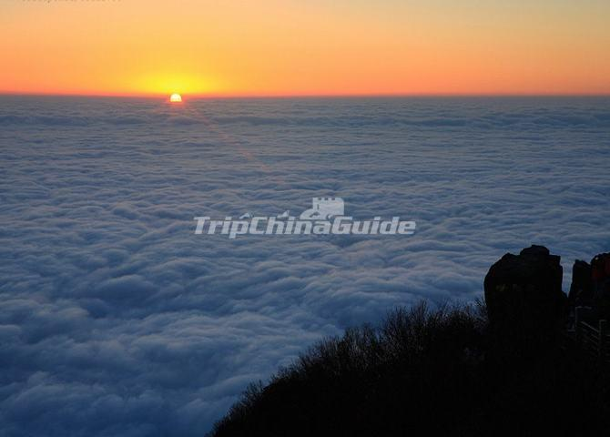 Sunrise and Sea of Clouds in Emei Mountain