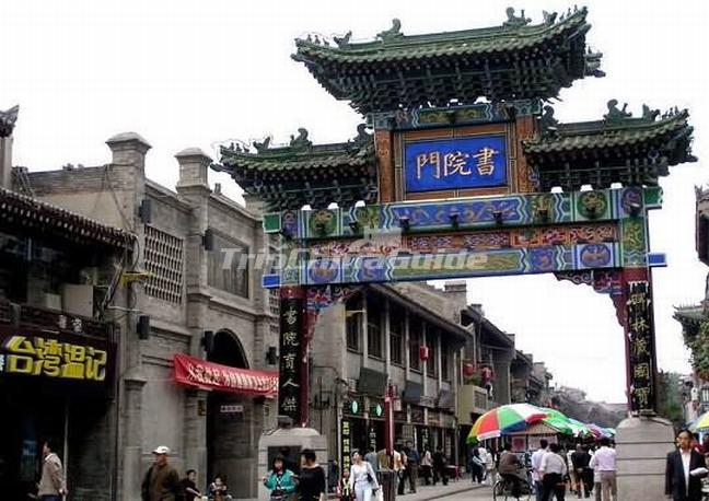 "<a target=""_blank"" href=""http://www.tripchinaguide.com/photo-p210-968-the-decorated-archway-in-xi-an-muslim-street.html"">The Decorated Archway in Xi'an Muslim Quarters</a>"