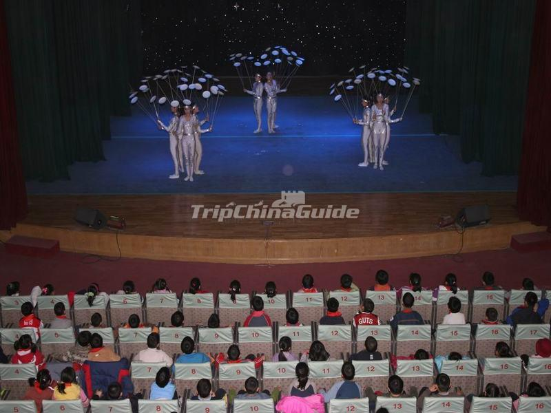 "<a target=""_blank"" href=""http://www.tripchinaguide.com/photo-p852-12285-acrabatics-show-in-beijing-tianqiao-acrobatics-theater.html"">Acrabatics Show in Beijing Tianqiao Acrobatics Theater</a>"