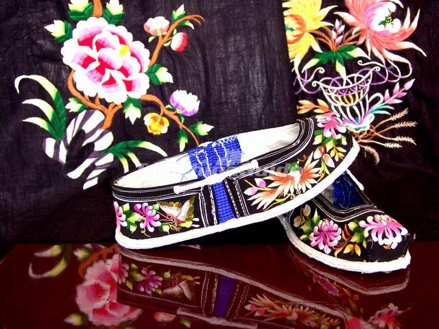 Zhuang Embroidered Shoes